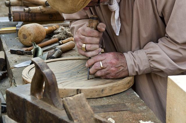 Holz arbeitet